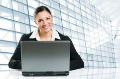 Femme d'affaires travaillant sur l'ordinateur portatif Photo libre de droits