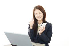 Femme d'affaires travaillant sur l'ordinateur portatif Photographie stock libre de droits
