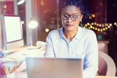 Femme d'affaires travaillant sur l'ordinateur portatif Image stock
