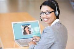 Femme d'affaires travaillant sur l'ordinateur portatif Photographie stock