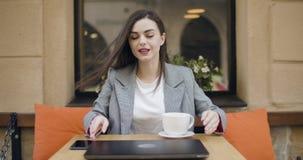 Femme d'affaires travaillant sur l'ordinateur portatif banque de vidéos