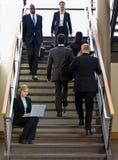 Femme d'affaires travaillant sur l'ordinateur portatif sur l'escalier de bureau Photo stock