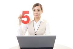 Femme d'affaires travaillant sur un ordinateur portatif Photos stock