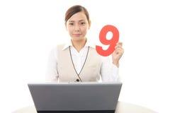 Femme d'affaires travaillant sur un ordinateur portatif Image stock