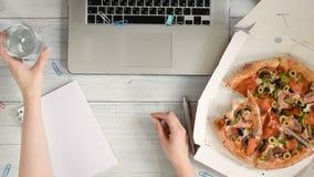 Femme d'affaires travaillant un bureau avec un ordinateur portable et prenant le déjeuner clips vidéos