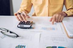 Femme d'affaires travailler sur des comptes dans l'analyse commerciale avec le GR images libres de droits
