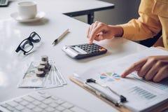 Femme d'affaires travailler sur des comptes dans l'analyse commerciale avec le GR photos stock