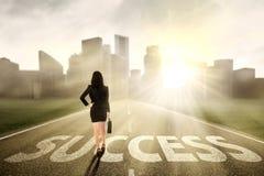 Femme d'affaires trouvant la manière de succès images stock