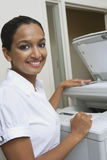 Femme d'affaires Using Fax Machine In Office images libres de droits
