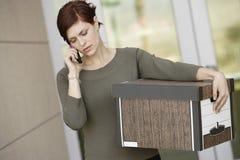 Femme d'affaires Using Mobile Phone avec la boîte mobile Photographie stock libre de droits