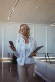 Femme d'affaires Using Mobile Phone dans le bureau Photo stock