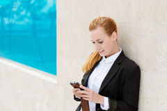 Femme d'affaires Using Mobile Phone dehors Photographie stock