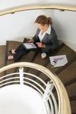 Femme d'affaires Using Tablet Computer s'asseyant sur des escaliers Photo libre de droits