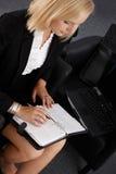 Femme d'affaires utilisant l'organisateur personnel Image stock