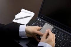 Femme d'affaires utilisant le pda moderne dans le bureau images libres de droits