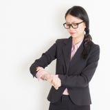 Femme d'affaires vérifiant des périodes photo stock