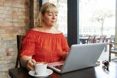 Femme d'affaires v?rifiant des emails photos libres de droits
