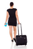 Femme d'affaires voyageant par avion Images stock
