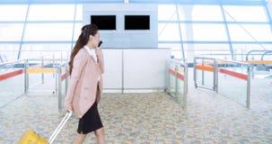 Femme d'affaires voyageant tout en portant des bagages banque de vidéos