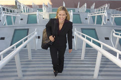 Femme d'affaires Walking Up Stairs Photos libres de droits