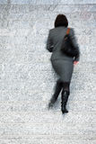 Femme d'affaires Walking Up Stairs, tache floue de mouvement Photographie stock