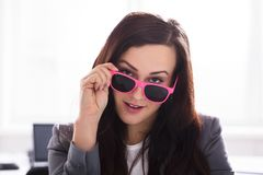 Femme d'affaires Wearing Pink Sunglasses photo stock