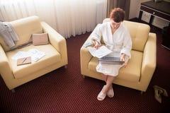 Femme d'affaires Working dans la chambre d'hôtel Photos libres de droits