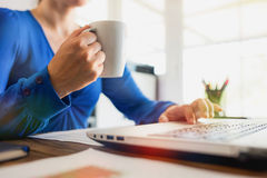 Femme d'affaires Working In Office et avoir une tasse de café Photos libres de droits