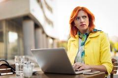 Femme d'affaires Working On une pause-café photographie stock libre de droits