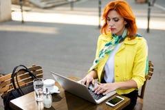 Femme d'affaires Working On une pause-café image libre de droits