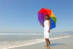 Femme d'Afro-américain à la plage retenant un Umb Photos libres de droits