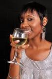 Femme d'Afro-américain appréciant le vin Images libres de droits
