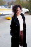 Femme d'Afro-américain attendant à l'aéroport Image stock