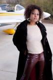 Femme d'Afro-américain attendant à l'aéroport Image libre de droits