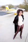 Femme d'Afro-américain attendant à l'aéroport Images stock