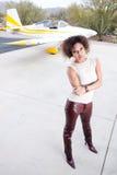 Femme d'Afro-américain attendant à l'aéroport Photographie stock