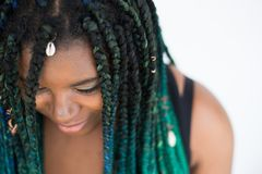 Femme d'afro-américain avec beau Teal Green Blue Braids image stock