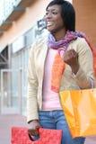 Femme d'Afro-américain avec des sacs à provisions images libres de droits