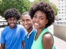 Femme d'afro-américain avec deux amis dans la ville Images stock