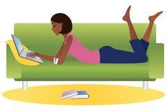 Femme d'Afro-américain avec l'ordinateur portatif illustration de vecteur