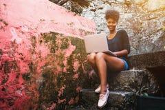 Femme d'afro-américain avec le filet-livre extérieur images libres de droits
