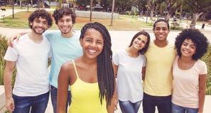 Femme d'afro-américain avec le groupe d'amis dans le rétro regard Images stock