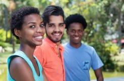 Femme d'afro-américain avec les amis latins Photos libres de droits