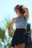Femme d'afro-américain avec les lunettes de soleil et la main sur la tête Photo libre de droits
