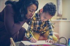 Femme d'afro-américain avec son fils Image stock