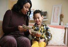 Femme d'afro-américain avec son fils Photo stock