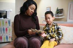 Femme d'afro-américain avec son fils Photographie stock libre de droits