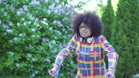 Femme d'afro-américain avec une coiffure Afro avec une jambe cassée sur le ?lose de béquilles  clips vidéos