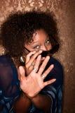 Femme d'Afro-américain défendant outre d'un appareil-photo Images libres de droits