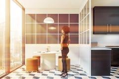 Femme d'afro-am?ricain dans la cuisine ?l?gante photographie stock libre de droits